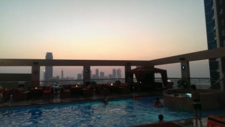 Beau coucher de soleil à la piscine de l'hôtel